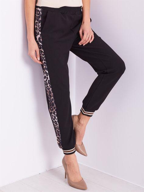 Czarne spodnie dresowe z lampasami                              zdj.                              4