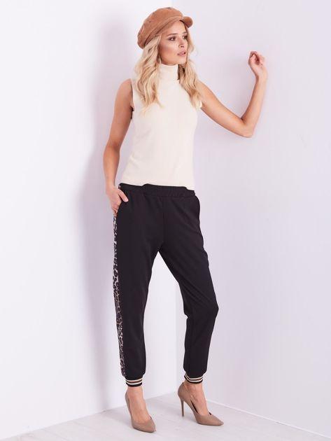 Czarne spodnie dresowe z lampasami                              zdj.                              11