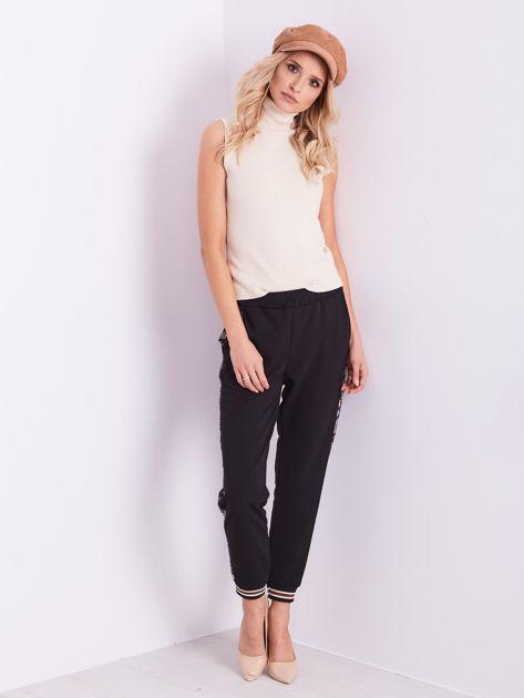 Czarne spodnie z wężowym lampasem                              zdj.                              13