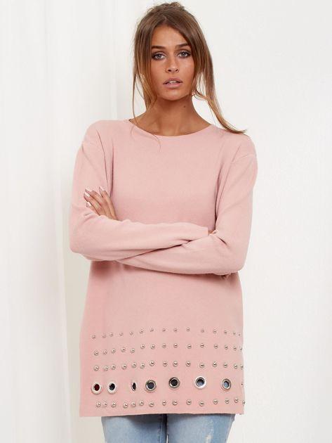 Jasnoróżowy luźny sweter z ozdobnymi ćwiekami                              zdj.                              2