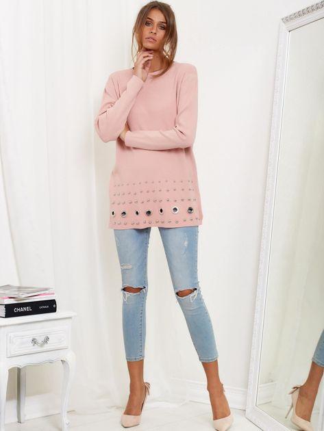 Jasnoróżowy luźny sweter z ozdobnymi ćwiekami                              zdj.                              1