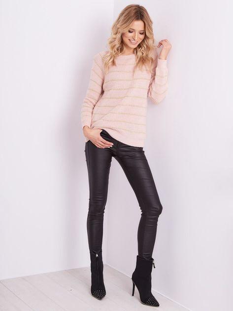 Jasnoróżowy sweter z błyszczącą nitką                              zdj.                              1