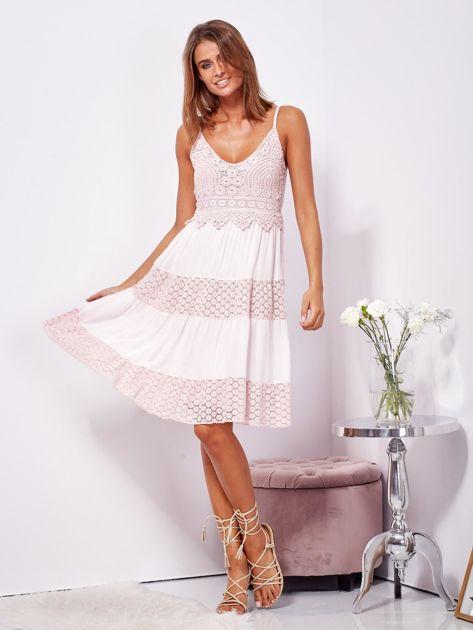 Różowa sukienka na ramiączkach z koronką                              zdj.                              4
