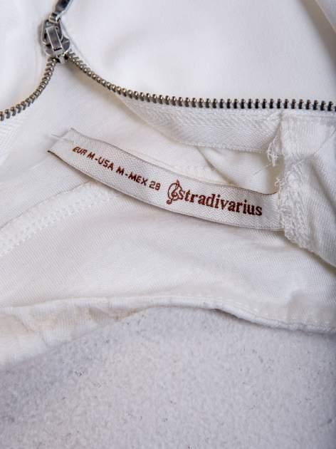 STRADIVARIUS Biały crop top żakardowy z golfem                                  zdj.                                  3