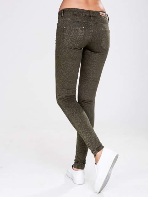 STRADIVARIUS Khaki spodnie rurki z nadrukiem panterki                                  zdj.                                  2