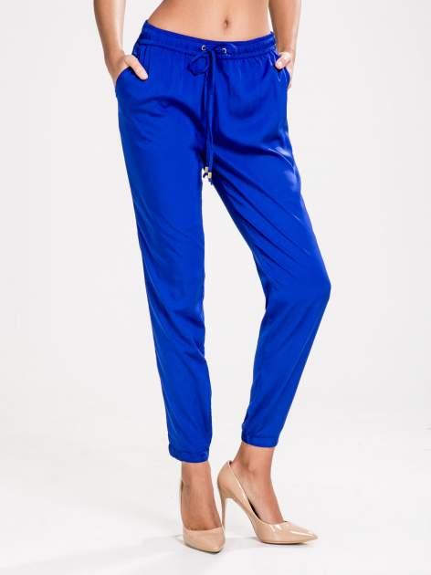 STRADIVARIUS Kobaltowe spodnie z lejącej tkaniny z kieszeniami