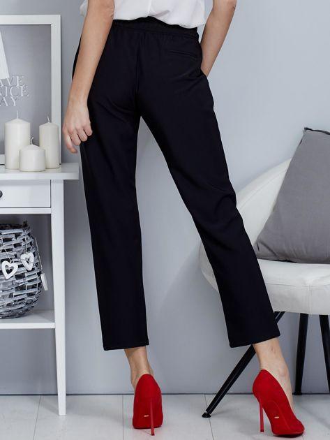 Spodnie czarne lejące z paskiem                              zdj.                              2