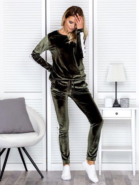Spodnie dresowe aksamitne z jasnymi lampasami zielone                              zdj.                              4
