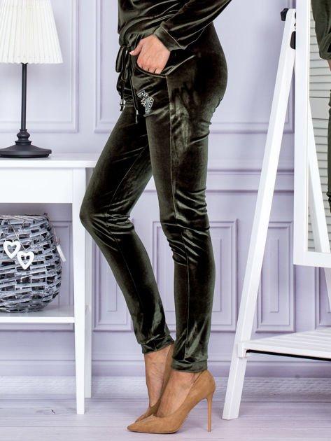 Spodnie dresowe welurowe z błyszczącymi kamyczkami ciemnozielone                              zdj.                              3