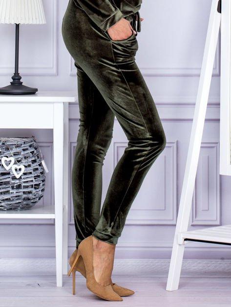 Spodnie dresowe welurowe z błyszczącymi kamyczkami ciemnozielone                              zdj.                              5