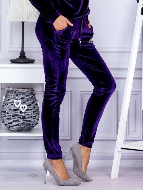 Spodnie dresowe welurowe z błyszczącymi kamyczkami fioletowe                              zdj.                              5