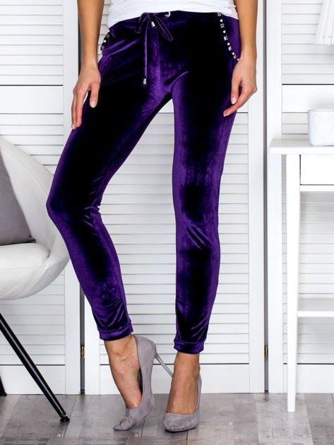 Spodnie dresowe welurowe z diamencikami przy kieszeniach fioletowe                                  zdj.                                  1