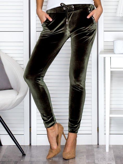 Spodnie dresowe welurowe z diamencikami przy kieszeniach zielone                              zdj.                              1