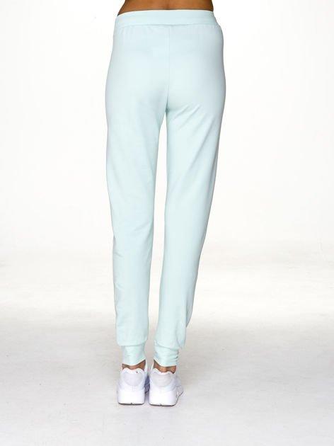 Spodnie dresowe z miejskim nadrukiem jasnoturkusowe