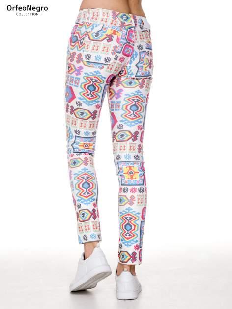 Spodnie jeasnowe rurki z nadrukiem aztec print                                  zdj.                                  4