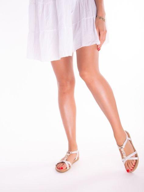 Srebrne sandały z ozdobną przypinką i perełkami na przodzie                              zdj.                              7