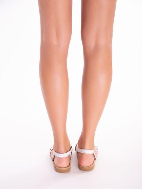 Srebrne sandały z ozdobną przypinką i perełkami na przodzie                              zdj.                              8