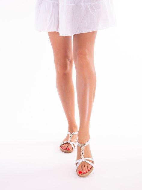 Srebrne sandały z ozdobną przypinką i perełkami na przodzie                              zdj.                              1