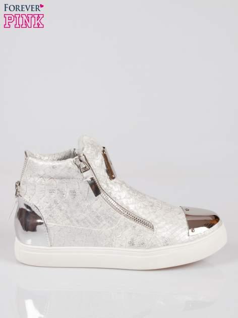 Srebrne wężowe sneakersy z blaszką na nosku Charm                                  zdj.                                  1