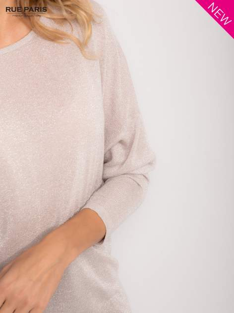 Srebrny sweter z opuszczonymi rękawami przeplatany metalizowaną nicią                                  zdj.                                  6