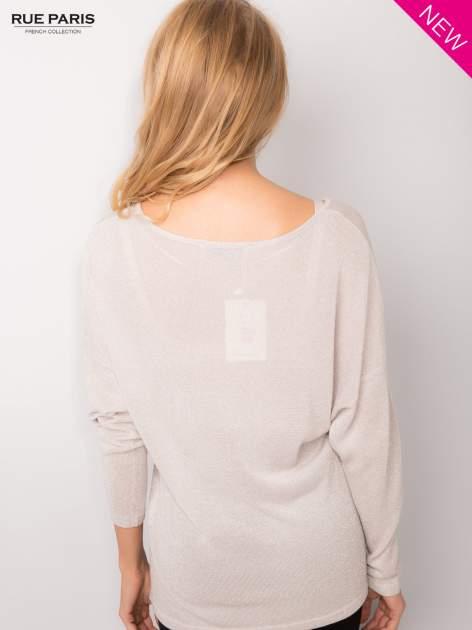 Srebrny sweter z opuszczonymi rękawami przeplatany metalizowaną nicią                                  zdj.                                  4