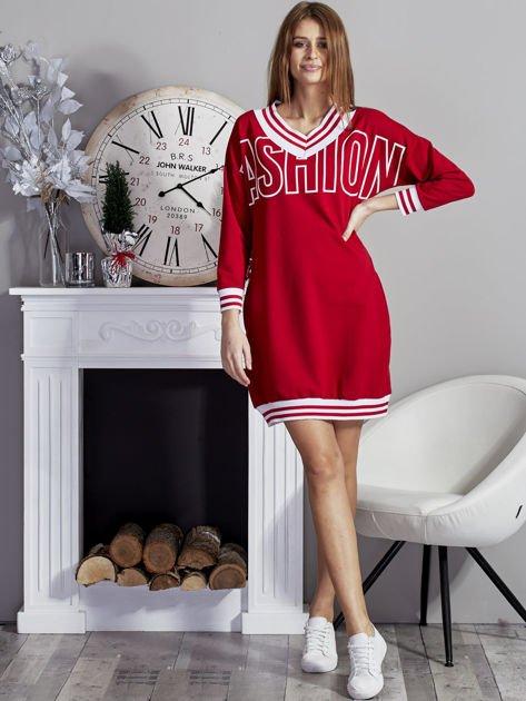 Sukienka V-neck z napisem czerwona                              zdj.                              4