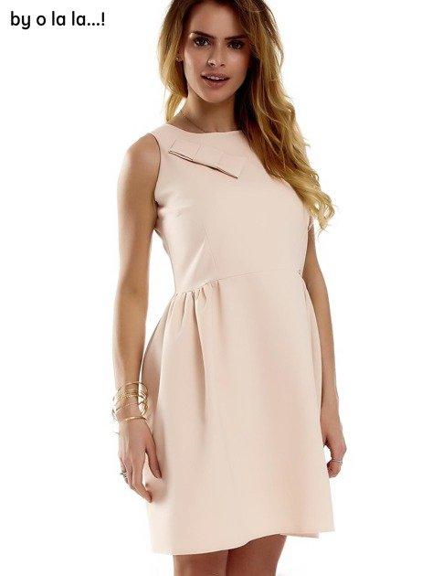 Sukienka brzoskwiniowa z kokardą BY O LA LA                              zdj.                              2