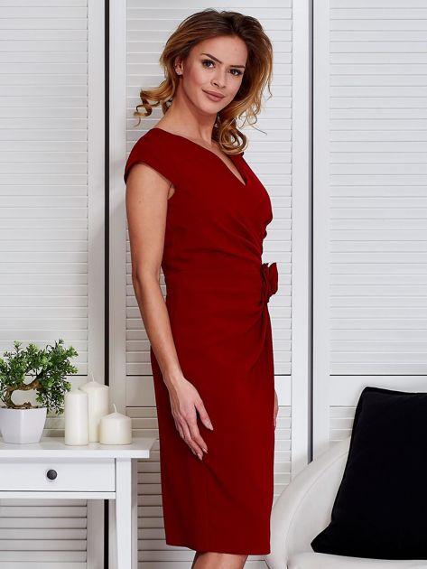 Sukienka ciemnoczerwona z drapowaniem i ozdobnym kwiatem                                  zdj.                                  3