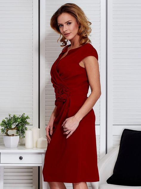 Sukienka ciemnoczerwona z drapowaniem i ozdobnym kwiatem                              zdj.                              5