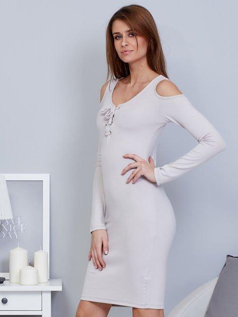 Sukienka cold shoulder ze złotym łańcuszkiem szara                              zdj.                              3