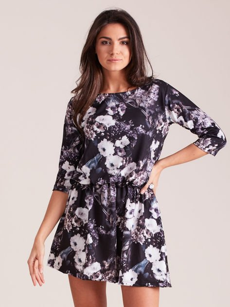 Sukienka czarna w roślinne wzory z marszczeniem w talii                              zdj.                              1