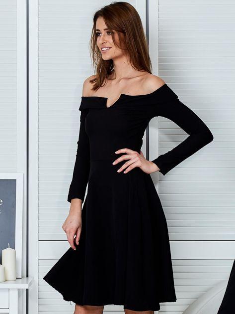 Sukienka czarna z odkrytymi ramionami i wycięciem                              zdj.                              3