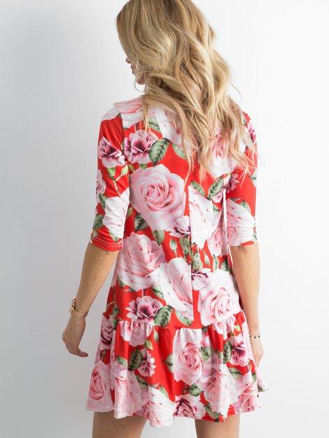 Sukienka czerwona w duże kwiaty z falbaną                              zdj.                              3