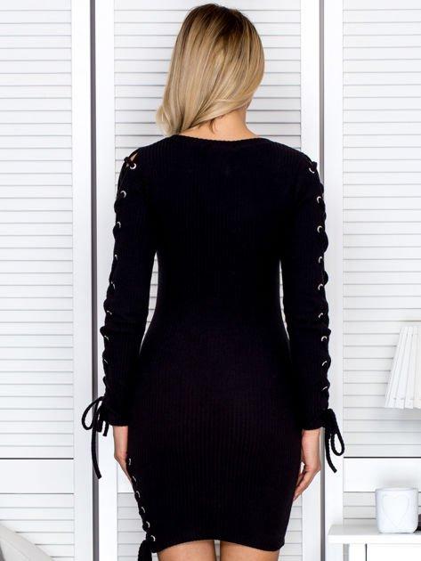 Sukienka damska w prążek ze sznurowaniami czarna                              zdj.                              2
