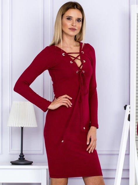 Sukienka damska w prążek ze sznurowaniem przy dekolcie bordowa                              zdj.                              5