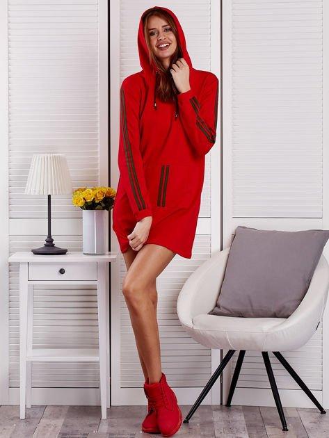 Sukienka damska z lampasami i kapturem czerwona                              zdj.                              4
