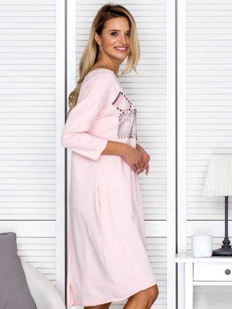 Sukienka damska z napisem z dżetów różowa                              zdj.                              3