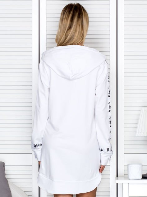 Sukienka dresowa z kapturem i nadrukiem biała                                  zdj.                                  2
