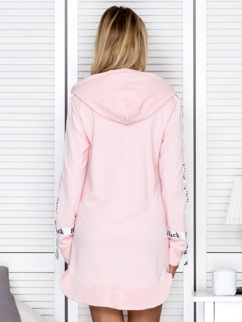 Sukienka dresowa z kapturem i nadrukiem jasnoróżowa                              zdj.                              2