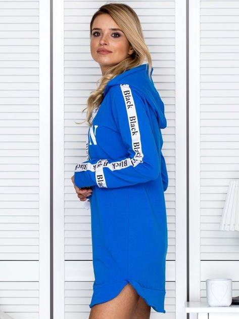 Sukienka dresowa z kapturem i nadrukiem niebieska                                  zdj.                                  3