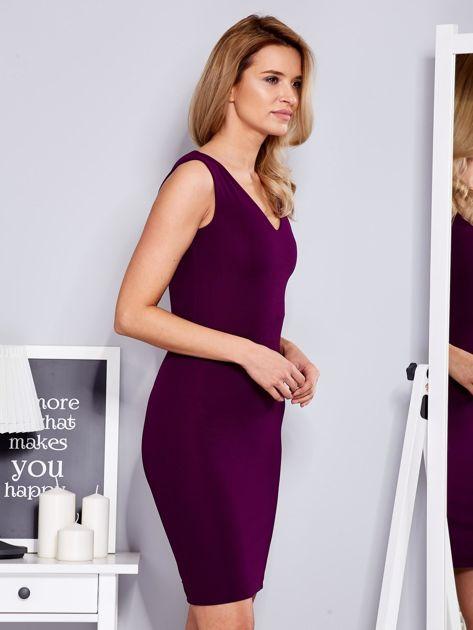 Sukienka fioletowa dopasowana z trójkątnym dekoltem                              zdj.                              3