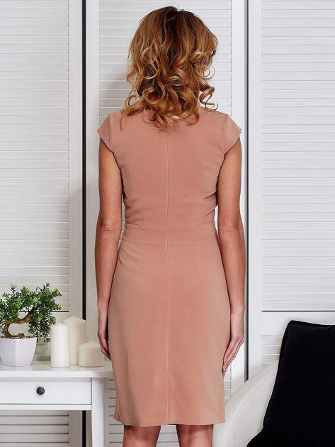 Sukienka jasnobrązowa z drapowaniem i ozdobnym kwiatem                                  zdj.                                  2