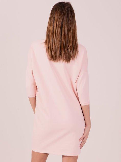 Sukienka jasnoróżowa z ozdobną lamówką                              zdj.                              3