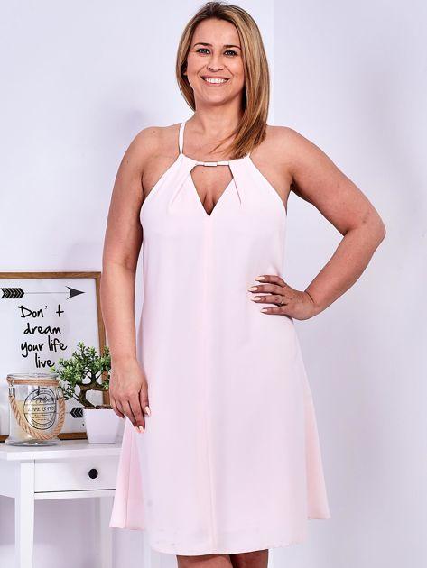 Sukienka jasnoróżowa z ozdobnym dekoltem PLUS SIZE                              zdj.                              1