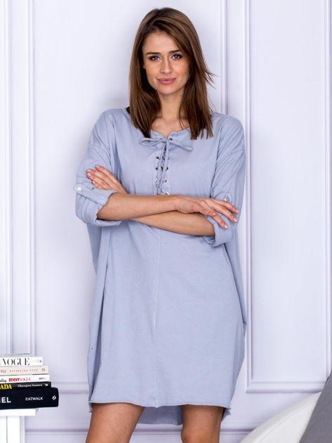 Sukienka jasnoszara o kroju oversize ze sznurowaniem                              zdj.                              1