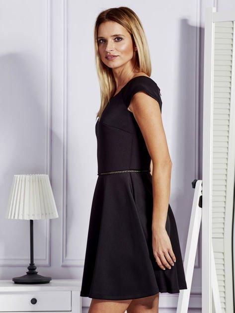 Sukienka koktajlowa z błyszczącym paskiem czarna                              zdj.                              5