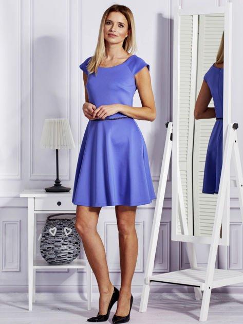 Sukienka koktajlowa z błyszczącym paskiem niebieska                              zdj.                              4