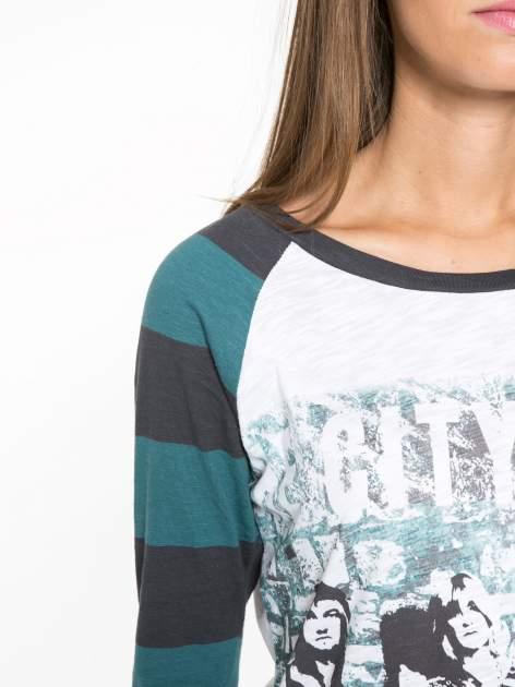 Sukienka z nadrukiem rockowym i reglanowymi rękawami w zielone paski                                  zdj.                                  6