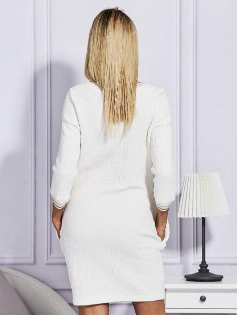 Sukienka z wypukłą fakturą ecru                              zdj.                              2