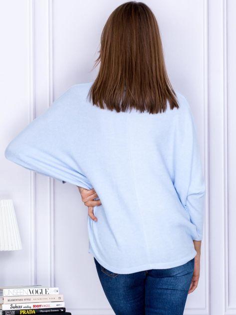 Sweter jasnoniebieski z miękkim kołnierzem                                  zdj.                                  2